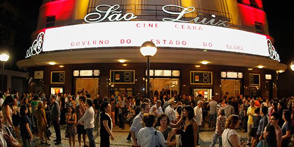 Público na frente do Cineteatro São Luiz_foto Rogerio Resende
